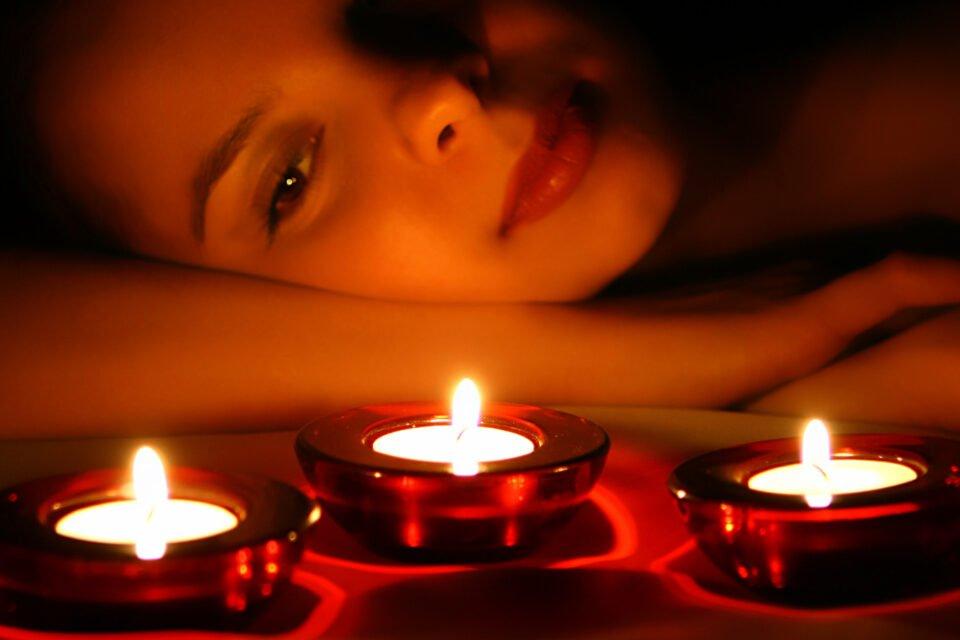 Femme pratiquant un rituel de magie rouge